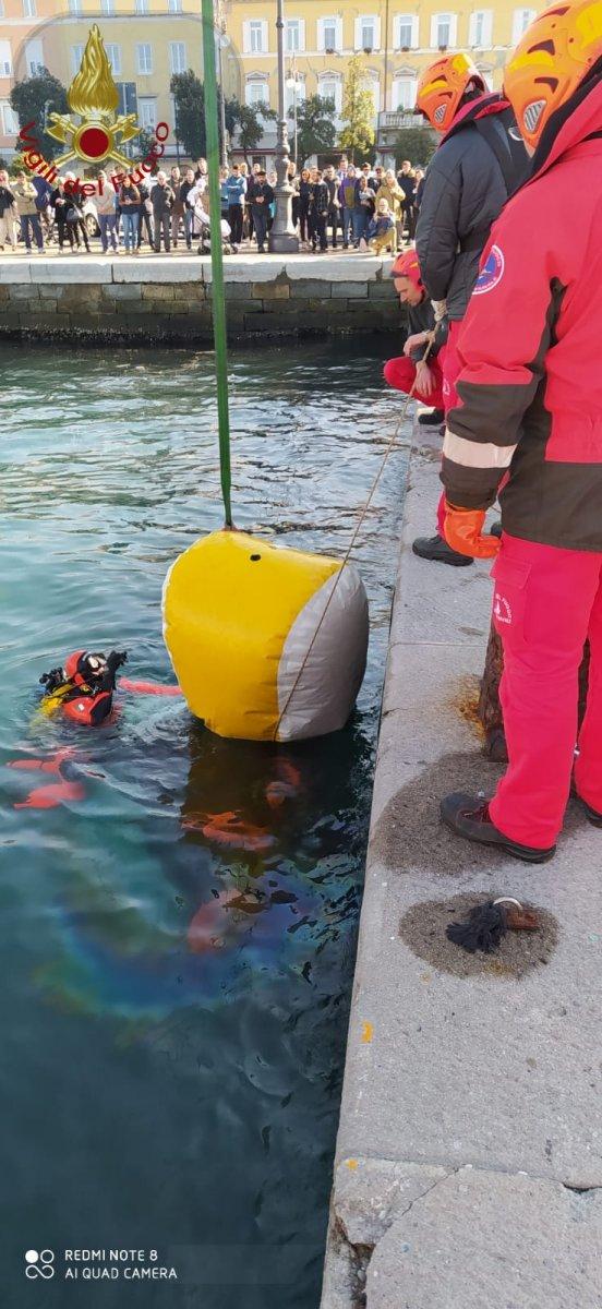Rive di Trieste, auto cade in mare: folla di curiosi