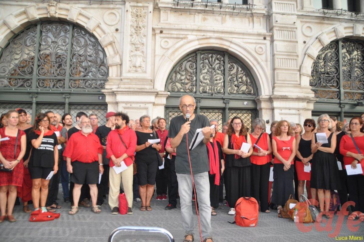 Coro itinerante antirazzista in piazza Unità (VIDEO)
