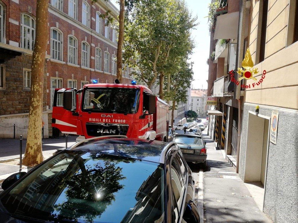 Via Sant'Anastasio, cappa aspirante prende fuoco: intervengono i Vigili del Fuoco