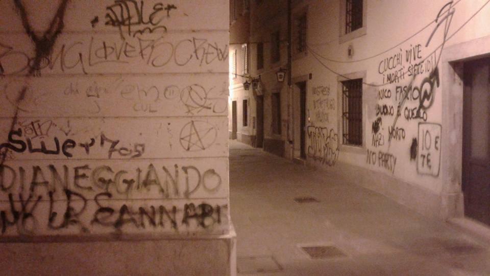 (SEGNALAZIONE) Degrado in Cavana: urina, scaraboci, ubriachi e sesso (FOTO)