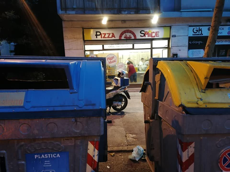Il titolare di Pizza Smile: «Bottini davanti alla pizzeria, odore nauseabondo» (FOTO)