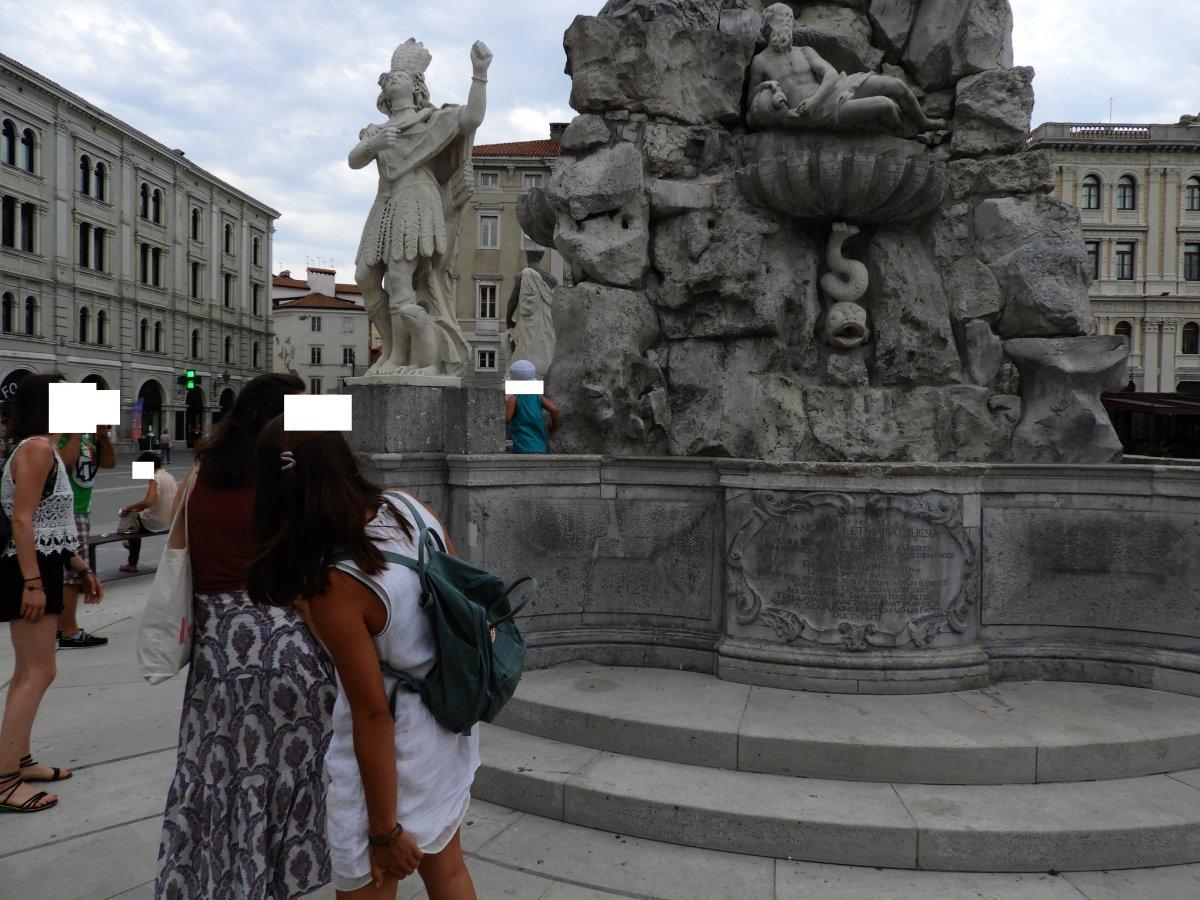 Fontana di piazza Unità, appena inaugurata già presa d'assalto dai bambini (FOTO)