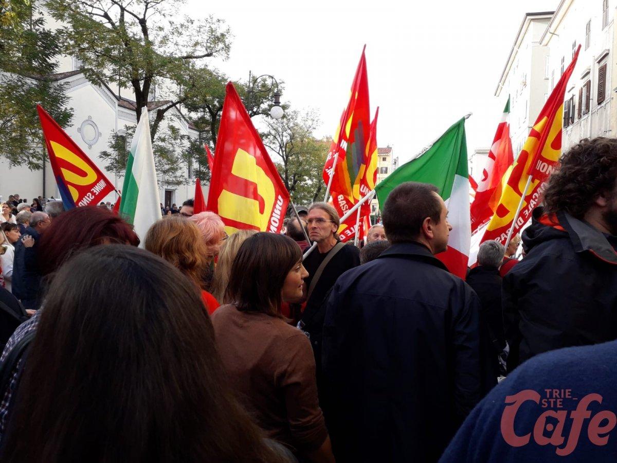 centri sociali contestano esponenti Pd 'Niente bandiere in corteo'