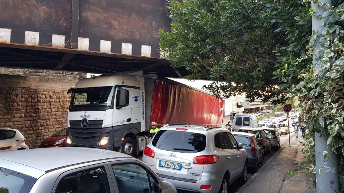 Via San Marco, tir incastrato sotto il ponte (VIDEO)