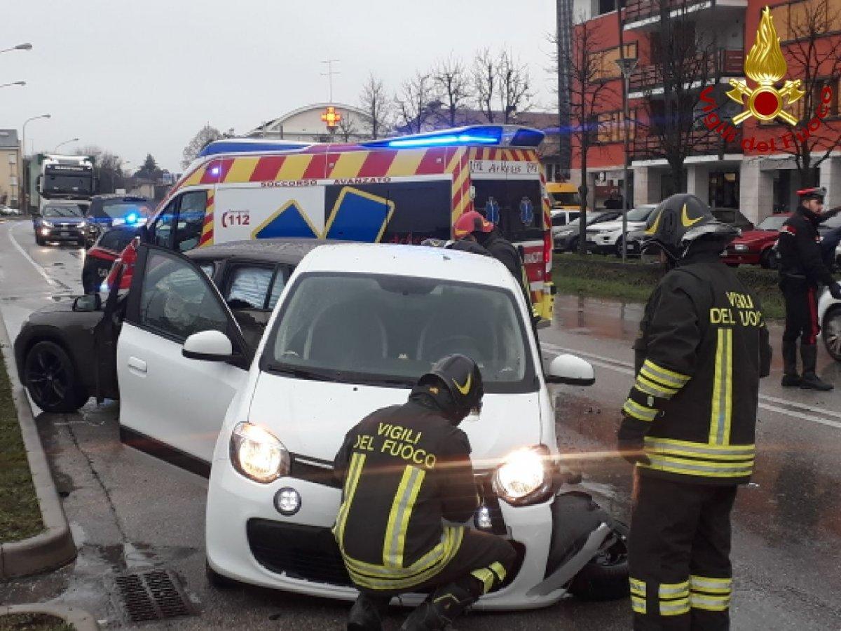 Scontro tra due mezzi in Regione, palo della luce danneggiato e 2 all'ospedale
