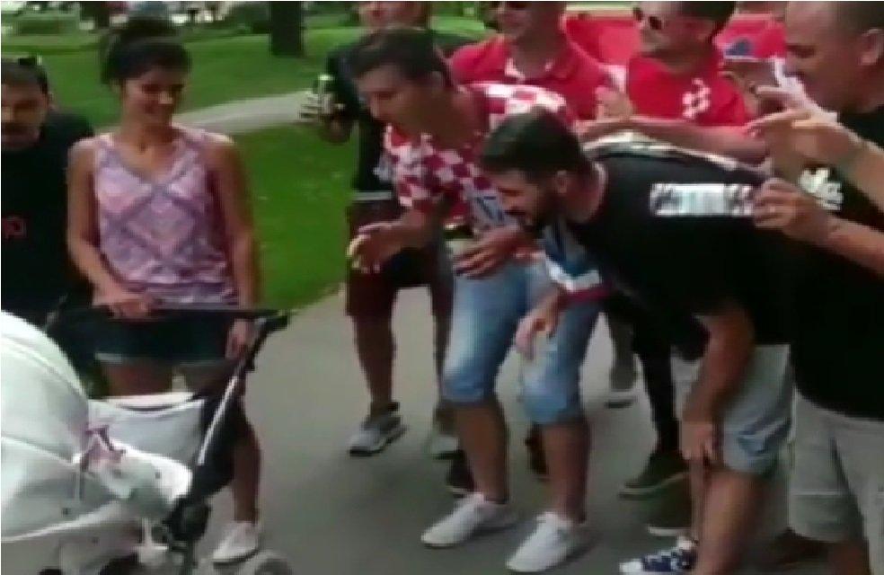 Tifosi croati intonano ninna nanna e fanno addormentare un bimbo slovacco (VIDEO)