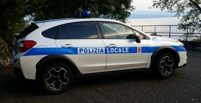 Imbratta auto sulle Rive, vandalo 23enne beccato dalla Polizia Locale