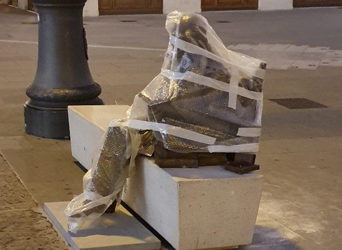 D'Annunzio, coperta la statua in attesa dell'inaugurazione
