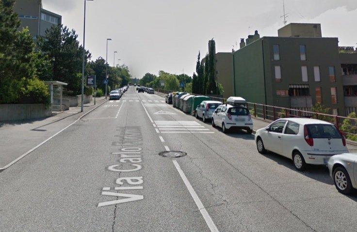 Perde il controllo e si schianta contro auto in sosta: conducente 85enne all'ospedale