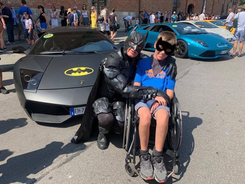Batman in Lamborghini: per regalare un sorriso ai bambini malati