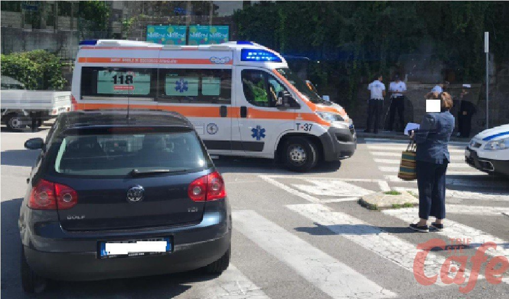 Slovenia, cisterna si scontra con auto e cade dal cavalcavia: morto il conducente (VIDEO)