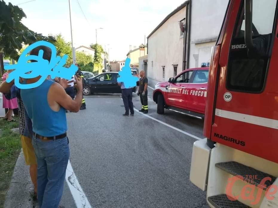 Strada Provinciale del Carso, scontro tra due auto e traffico in tilt