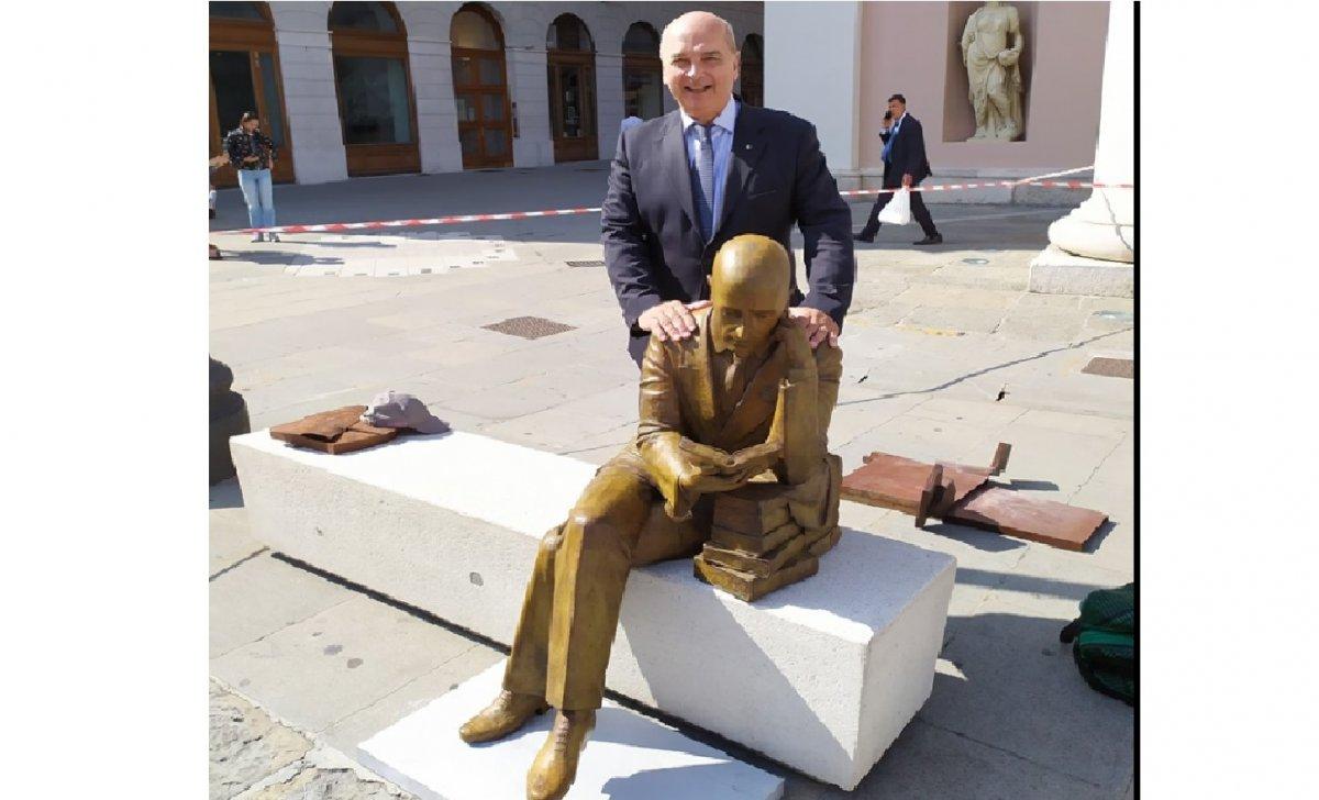 Gabriele D'Annunzio, ecco l'attesissima statua! Installata oggi in piazza della Borsa! (FOTO)