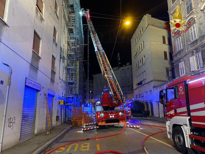 Incendio in via Ponziana, sul posto i Vigili del Fuoco
