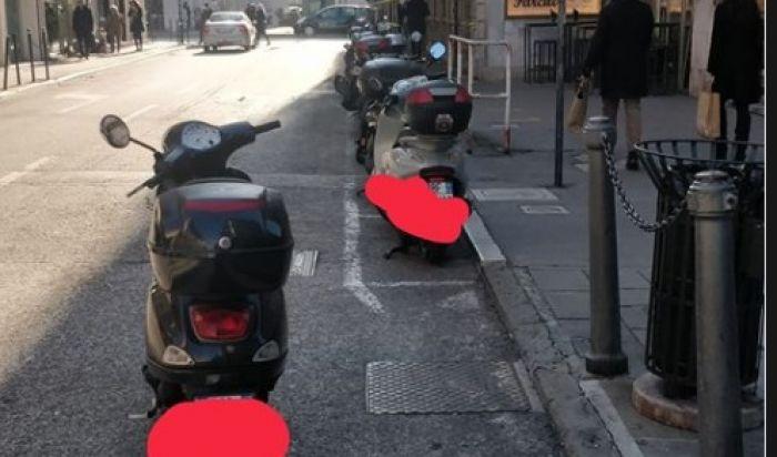 """Via Roma, """"parcheggia"""" lo scooter in mezzo alla strada e se ne va"""