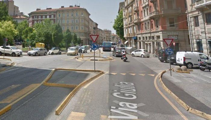 Via Giulia, scontro auto - scooter: 70enne all'ospedale