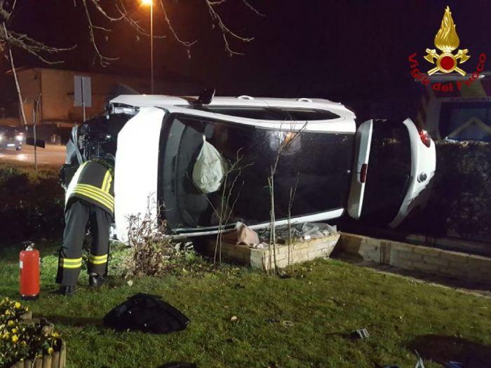 Fvg, si schianta contro un muro: auto si capovolge su di un fianco