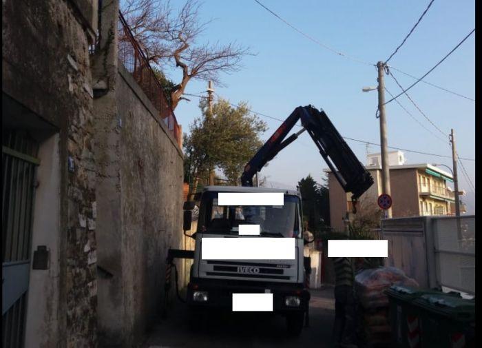 VIa Artemidoro, camion contromano scarica materiale: nessun avviso e cittadini infuriati