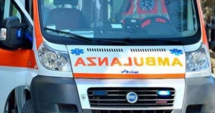 Auto si cappotta nei pressi dell'aeroporto: in due all'ospedale