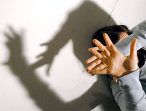 Pordenone, picchia la moglie: vessazioni, minacce calci e pugni anche quanto era incita